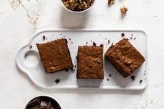 Torta del brownie del chocolate, postre con las nueces en fondo oscuro, directamente arriba, espacio de la copia fotografía de archivo libre de regalías