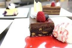 Torta del brownie con la salsa de la frambuesa Fotos de archivo