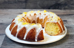 Torta del bundt de la llovizna del limón imagen de archivo