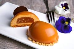 Torta del caramelo en una placa blanca imagen de archivo