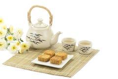 Torta del cinese con tè sulla stuoia di bambù fotografie stock libere da diritti