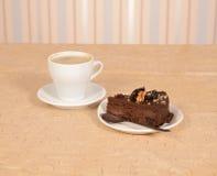 Torta del cioccolato con una tazza di coffe Fotografia Stock