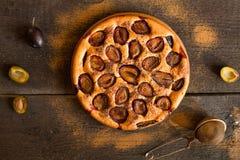 Torta del ciruelo en fondo rústico de madera Fotografía de archivo