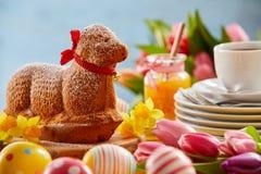 Torta del cordero de la primavera de la especialidad en una tabla de Pascua Foto de archivo