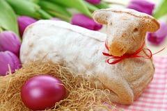Torta del cordero de Pascua y tulipanes púrpuras Imágenes de archivo libres de regalías