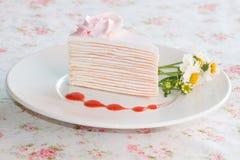 Torta del crespón con la salsa de la fresa en plato Foto de archivo libre de regalías