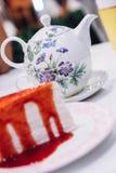 Torta del crespón de la fresa con el fondo del pote del té Foto de archivo
