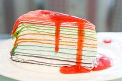 Torta del crespón del arco iris con el jugo de la fresa Foto de archivo