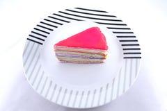 Torta del crespón en aislante del plato en el fondo blanco Fotografía de archivo