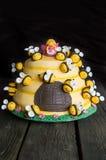 Torta del cumpleaños de los niños en la forma de una colmena con las abejas Fotografía de archivo