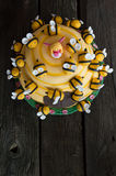 Torta del cumpleaños de los niños en la forma de una colmena con las abejas Foto de archivo