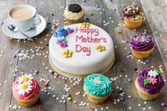Torta del día de madre con las magdalenas y el café Imágenes de archivo libres de regalías
