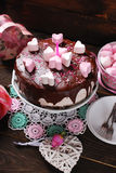 Torta del día de tarjetas del día de San Valentín con la decoración en forma de corazón de la melcocha Foto de archivo libre de regalías