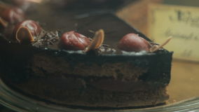 Torta del dolce di cioccolato e della ciliegia archivi video