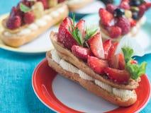 Torta del Eclair con las fresas fotos de archivo libres de regalías