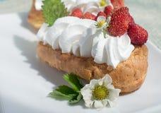 Torta del Eclair con las fresas foto de archivo libre de regalías