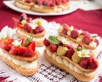 Torta del Eclair con las fresas Imágenes de archivo libres de regalías