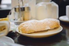 Torta del Eclair en el café fotografía de archivo