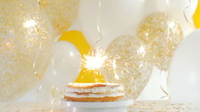 Torta del feliz cumpleaños con las bengalas FullHD de la tarjeta de felicitación 1080p almacen de video