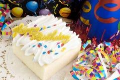 Torta del feliz cumpleaños con las decoraciones Imagen de archivo libre de regalías