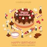 Torta del feliz cumpleaños con las herramientas micro de los panaderos de la gente alrededor Imágenes de archivo libres de regalías