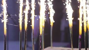 Torta del feliz cumpleaños con las velas ardientes almacen de metraje de vídeo