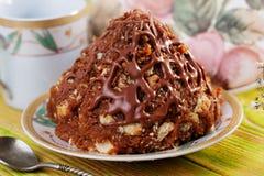 Torta del hormiguero con las migas de la galleta y la montaña de la leche condensada Imagen de archivo libre de regalías