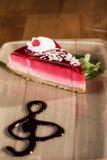 Torta del lampone con la salsa del dessert Immagini Stock Libere da Diritti