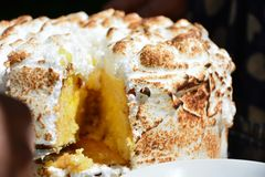 Torta del limón con la torta de esponja Foto de archivo