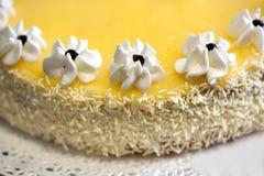 Torta del limón con las flores y el coco de la formación de hielo Fotos de archivo