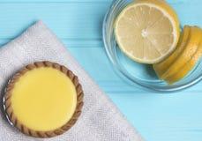 Torta del limón con las rebanadas de limón Imágenes de archivo libres de regalías