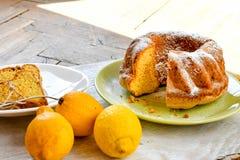 Torta del limón de Bundt imágenes de archivo libres de regalías