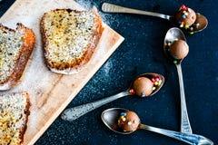 Torta del limón de Bundt, taza de café y almendras garapiñadas del chocolate Fotos de archivo libres de regalías