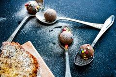 Torta del limón de Bundt, taza de café y almendras garapiñadas del chocolate Imágenes de archivo libres de regalías