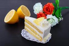 Torta del limón en fondo negro Foto de archivo libre de regalías