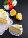 Torta del limón en fondo negro Fotografía de archivo libre de regalías