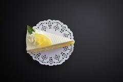 Torta del limón en fondo negro Fotografía de archivo