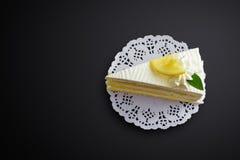Torta del limón en fondo negro Imagenes de archivo