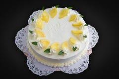 Torta del limón en fondo negro Fotos de archivo libres de regalías