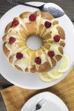 Torta del limón helada con la formación de hielo amarilla del azúcar y frambuesas rojas, Imagen de archivo