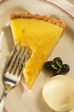 Torta del limone con la crosta della noce di noce di macadamia Fotografie Stock Libere da Diritti