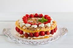 Torta del merengue con el yogur de la fresa en la madera blanca Fotografía de archivo