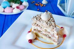 Torta del merengue con las avellanas y la salsa del caramelo fotografía de archivo libre de regalías