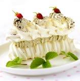 Torta del merengue con las bayas frescas en el fondo blanco Fotografía de archivo