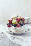 Torta del merengue con las frutas y el coco fotos de archivo libres de regalías