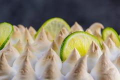 Torta del merengue de la cal con las rebanadas de cal - detalle la opinión Fotos de archivo