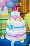 Torta del pañal de la fiesta de bienvenida al bebé con los presentes Fotos de archivo libres de regalías