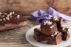 Torta del pan de jengibre con el chocolate y las avellanas Fotografía de archivo