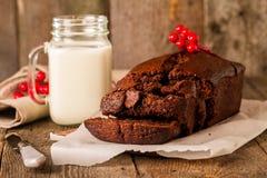 torta del pan del Chocolate-plátano en el papel imágenes de archivo libres de regalías