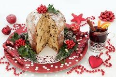 Torta del panettone y vino reflexionado sobre Foto de archivo